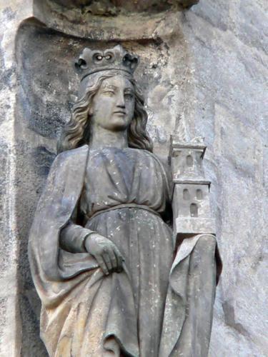 socha sv. Barbory nad severním vstupem do chrámu