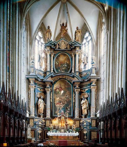 Hlavní oltář s obrazem Stětí sv. Jakuba od F. X. Palka a obrazem Nejsvětější Trojice od Petra Brandla