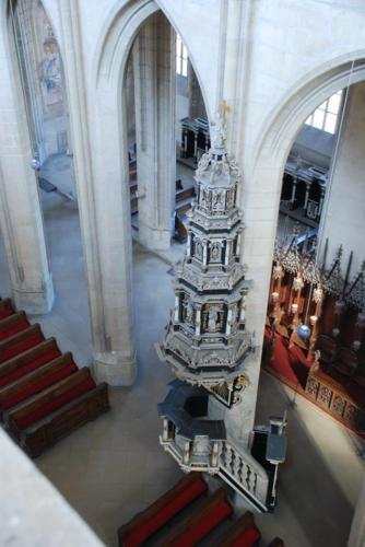 renesanční kamenná kazatelna byla v baroku opatřena honosným obložením