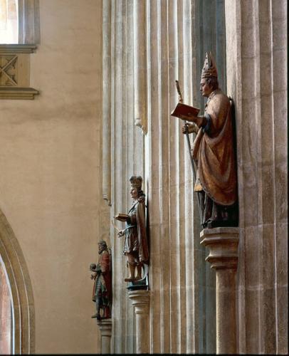 Sochy světců na pilířích v jižní lodi