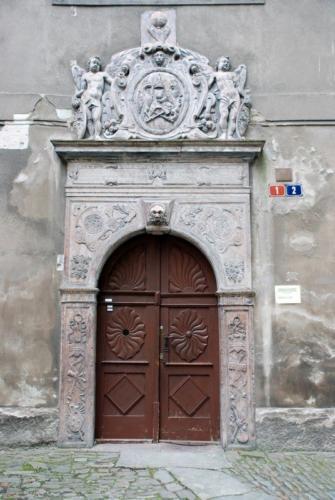 renesanční portál odkazuje na dobu, kdy budova sloužila jako škola