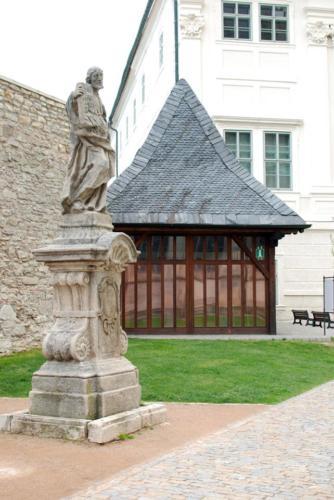 socha apoštola Judy Tadeáše v bezprostřední blízkosti infocentra