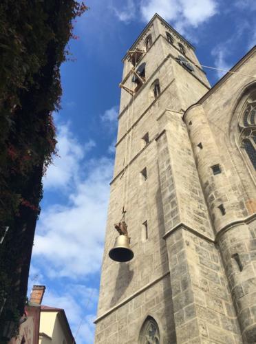 Vyzdvižení nového zvonu na věž kostela v roce 2017